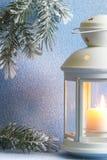 Bożenarodzeniowy lampion z śnieżnym i drzewnym abstrakcjonistycznym tłem Obraz Royalty Free