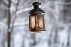 Bożenarodzeniowy lampion z świeczkami wiesza na zima krajobrazu tle obraz stock