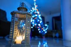 Bożenarodzeniowy lampion z dekoracjami na marmurowej podłoga Choinka w tle Zdjęcia Stock