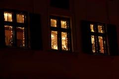 Bożenarodzeniowy luksus dekorujący okno z girlandą zaświecają w Europe zdjęcie royalty free