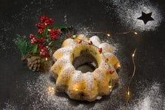 Bożenarodzeniowy Madeira tort, żółty lekki łańcuch, gwiazdy i drzewny symbol, fotografia stock