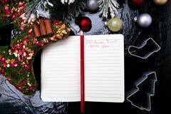 Bożenarodzeniowy menu plan Tło dla pisać Bożenarodzeniowym menu Odgórny widok Notatnik na czarnym tle z dekoracją Obrazy Stock