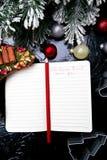 Bożenarodzeniowy menu plan Tło dla pisać Bożenarodzeniowym menu Odgórny widok Notatnik na czarnym tle z dekoracją Zdjęcie Royalty Free