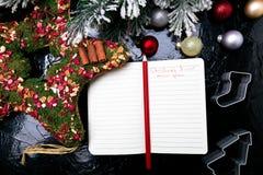Bożenarodzeniowy menu plan Tło dla pisać Bożenarodzeniowym menu Odgórny widok Notatnik na czarnym tle z dekoracją Zdjęcia Royalty Free