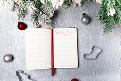 Bożenarodzeniowy menu plan Tło dla pisać Bożenarodzeniowym menu Odgórny widok Notatnik na popielatym tle z dekoracją Obraz Stock
