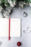Bożenarodzeniowy menu plan Tło dla pisać Bożenarodzeniowym menu Odgórny widok Notatnik na popielatym tle z dekoracją Zdjęcia Stock