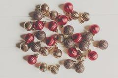 Bożenarodzeniowy mieszkanie nieatutowy czerwoni i złociści boże narodzenie ornamenty na białym wo Zdjęcia Stock