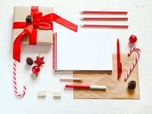 Bożenarodzeniowy mieszkanie nieatutowy Pisać liście Santa Zdjęcia Royalty Free