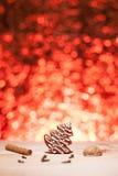 Bożenarodzeniowy miodownik z czerwieni zamazanym tłem Zdjęcia Royalty Free