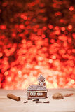 Bożenarodzeniowy miodownik z czerwieni zamazanym tłem Obrazy Royalty Free