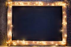 Bożenarodzeniowy nieociosany tło - rocznik zaszalował drewno z światłami a zdjęcia stock
