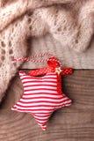 Bożenarodzeniowy nieociosany tło - rocznik zaszalujący drewno z woolen szalikiem i handcraft dekoracyjną zabawka gwiazdowego i be zdjęcie royalty free