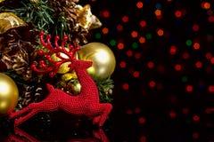 Bożenarodzeniowy nowego roku skład z Jelenich piłek Jedlinowymi rożkami Czerni b Zdjęcia Stock