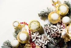 Bożenarodzeniowy nowego roku skład z piłka Jedlinowych rożków bielem Backgr Obraz Stock