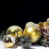 Bożenarodzeniowy nowego roku skład z piłka Jedlinowymi rożkami Czarny Backgr Fotografia Royalty Free