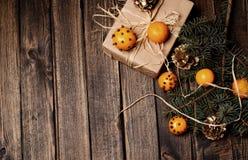 Bożenarodzeniowy nowego roku skład z tangerines i sosna rożkami Obraz Royalty Free