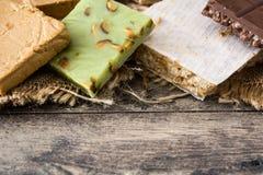 Bożenarodzeniowy nugat na drewnianym stole obrazy stock