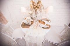 Bożenarodzeniowy obiadowy stół słuzyć dla dwa osoby Obraz Royalty Free