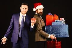 Bożenarodzeniowy Online Zakupy Mężczyzna trzyma małego pudełko w mądrze kostiumu zdjęcie stock