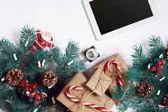 Bożenarodzeniowy online zakupy tło Pastylka ekran z kopii przestrzenią, świerkowe gałąź, prezenty na białym tle Obrazy Royalty Free