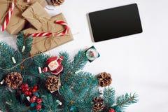 Bożenarodzeniowy online zakupy tło Pastylka ekran z kopii przestrzenią, świerkowe gałąź, prezenty na białym tle Obraz Stock