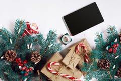 Bożenarodzeniowy online zakupy tło Pastylka ekran z kopii przestrzenią, świerkowe gałąź, prezenty na białym tle Zdjęcie Royalty Free