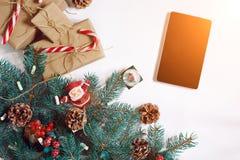 Bożenarodzeniowy online zakupy tło Pastylka ekran z kopii przestrzenią, świerkowe gałąź, prezenty na białym tle słońce Zdjęcia Stock