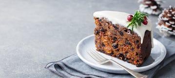 Bożenarodzeniowy owoc tort, pudding na bielu talerzu kosmos kopii zdjęcie stock