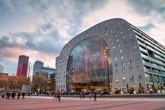 Bożenarodzeniowy pejzaż miejski na zmierzchu - widok Targowy Hall Markthal w wigilię wakacje, Rotterdam obraz stock