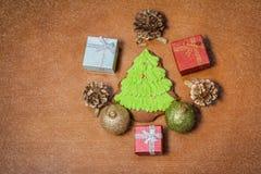 Bożenarodzeniowy piernikowy ciastko, piłki, prezenty i sosna rożki, Obraz Royalty Free