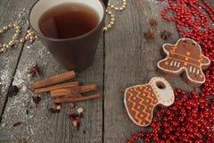 Bożenarodzeniowy piernikowy cynamon, Bożenarodzeniowe dekoracje, herbata, koraliki, Santas sanie Zdjęcie Stock
