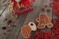 Bożenarodzeniowy piernikowy cynamon, Bożenarodzeniowe dekoracje, herbata, koraliki, Santas sanie Fotografia Royalty Free