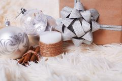 Bożenarodzeniowy pojęcie - Bożenarodzeniowe piłki, dekoracyjna świeczka, prezent dalej Zdjęcia Royalty Free
