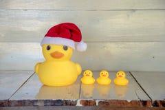 Bożenarodzeniowy pojęcie, gumowy żółty kaczki odzieży Santa klauzula kapelusz Zdjęcie Stock