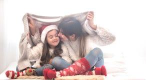 Bożenarodzeniowy pojęcie, mama i jej córki bawić się, zdjęcia royalty free