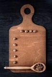Bożenarodzeniowy pojęcie, menu na drewnianej desce gwiazdowy anyż, kawa i cynamon, Fotografia Royalty Free