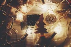 Bożenarodzeniowy pojęcie retro światła i drewniany drzewo bawją się na wieśniaku wo Fotografia Royalty Free