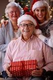 Bożenarodzeniowy portret - rodzina z być ubranym Santa nakrętki obraz stock