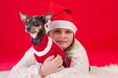 Bożenarodzeniowy portret z małym psem i dziewczyną Zdjęcia Royalty Free