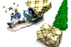 Bożenarodzeniowy posążek rogacz z saniem, rogacza przewożenia prezenty pod choinką odizolowywającą na białym tle zdjęcie royalty free