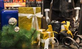 Bożenarodzeniowy prezent, Bożenarodzeniowa dekoracja, Wesoło boże narodzenia odziewa sklepową nadokienną gablotę wystawową Obraz Stock