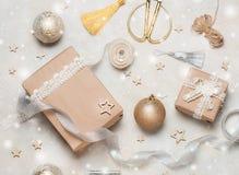 Bożenarodzeniowy prezent lub teraźniejszości pudełko zawijający w Kraft papierze z dekoracją na nieociosanym tle od above mieszka Obrazy Royalty Free