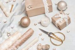 Bożenarodzeniowy prezent lub teraźniejszości pudełko zawijający w Kraft papierze z dekoracją na nieociosanym tle od above mieszka Zdjęcie Stock