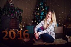 Bożenarodzeniowy prezent Szczęśliwa zdziwiona piękna blondynki kobieta otwiera g Zdjęcie Royalty Free