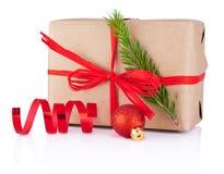 Bożenarodzeniowy prezent w Kraft papieru wiążącym czerwonym warkoczu Odizolowywającym na bielu Zdjęcie Royalty Free