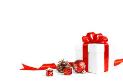Bożenarodzeniowy prezent z czerwonym piłka łękiem Zdjęcia Royalty Free