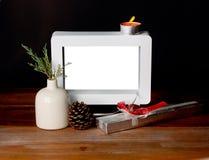 Bożenarodzeniowy prezent z pustą obrazek ramą na drewnianym stole zdjęcie stock