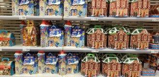 Bożenarodzeniowy prezenta opakowanie z cukierkami w supermarkecie zdjęcia royalty free