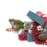 Bożenarodzeniowy prezenta pudełko z świątecznymi dekoracjami Zdjęcia Stock