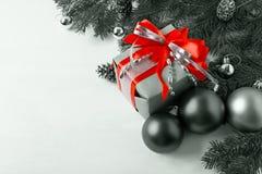 Bożenarodzeniowy prezenta pudełko z czerwonymi łęku i srebra ornamentami Obrazy Royalty Free